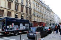 Rues serrées avec des personnes et le trafic, Paris du centre, France, 2016 image libre de droits