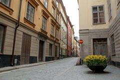 Rues traditionnelles étroites de Stockholm photographie stock libre de droits