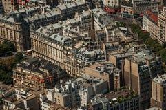 Rues, verdure et bâtiments dans un jour ensoleillé, vu à partir du dessus de Tour Eiffel à Paris Image stock