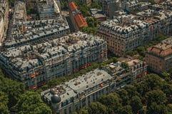 Rues, verdure et bâtiments dans un jour ensoleillé, vu de Tour Eiffel à Paris Photos libres de droits