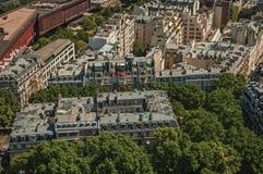 Rues, verdure et bâtiments dans un jour ensoleillé, vu de Tour Eiffel à Paris Images stock