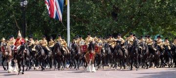 Rufe o cavalo com cavaleiro, com cavalaria do agregado familiar atrás, participando no agrupamento a cerimônia militar da cor, Lo imagem de stock