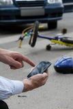 Rufen eines Krankenwagens nach Verkehrsunfall Lizenzfreies Stockfoto