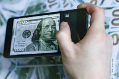 Rufen Sie in der Hand, Bild des Dollars, auf dem Hintergrund von Dollar an Stockfotos