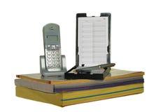 Rufen Sie die Verzeichnisse und Telefon an, die auf Weiß getrennt werden Stockfotografie