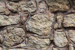 Ruffa mot den rå stenväggen som framförs med betong Arkivbilder
