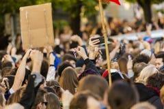 Rufschalter der Leute auf der Demonstration auf Quadrat Prags Wenceslas gegen die gegenwärtige Regierung und das Babis Lizenzfreie Stockfotos