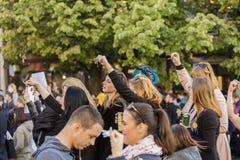 Rufschalter der Leute auf der Demonstration auf Quadrat Prags Wenceslas gegen die gegenwärtige Regierung und das Babis Lizenzfreies Stockbild