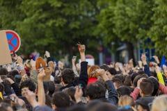 Rufschalter der Leute auf der Demonstration auf Quadrat Prags Wenceslas gegen die gegenwärtige Regierung und das Babis Stockfotos