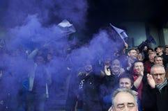 Rugbyåskådare i ställningarna firar en viktig seger med purpurfärgade rökgranater i Angoulême, Frankrike arkivfoton