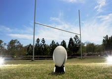 Rugby colocado delante de los posts de la meta Imágenes de archivo libres de regalías