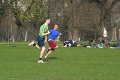 Rugby DANS le JARDIN de KENSINGTON, LONDRES Photos stock