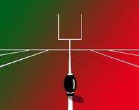 Rugby-Feld und rotes backgroung mit einem Ball Stockfotografie
