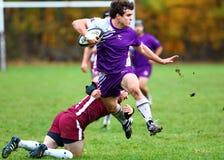 Rugby gracz przeskakuje z ziemi unikać sprzęt zdjęcia royalty free