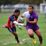 Rugby gracza bieg z piłką, obrazy stock