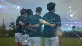 Rugby gracze trzyma each inny z sieć związkiem wykładają