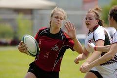 Rugby kobieta Niesie piłkę zdjęcia royalty free