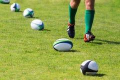 rugby Piłki kłama na smole podczas treningu obraz royalty free