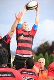 Rugby-Spieler, der zur Linie-heraus Durchlauf reagiert Lizenzfreie Stockfotografie