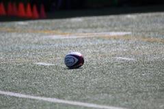 Rugbybal op het gebied vóór de gelijke wordt geplaatst die royalty-vrije stock foto