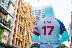 Rugbyidrottsman nenskulptur i USA landslaglikformig numrerar 17 på det Sydney centret för att främja rugbyligavärldscupen 2017 arkivbilder
