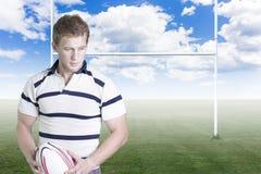 Rugbyspelare med en boll Royaltyfri Fotografi