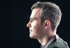 Rugbyspelare på en profilsikt royaltyfria foton