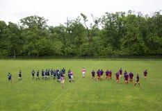 Rugbyspelare på ett fält Arkivbild