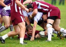 Rugbyspelare under högen med bollen, Royaltyfria Bilder