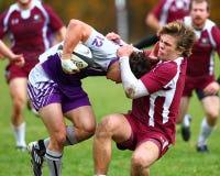 Rugbyspelareansträngningar att ta ner hans motståndare Royaltyfria Bilder