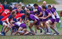 Rugbyspelaren bär bollen Royaltyfria Foton