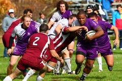 Rugbyspelaren slåss för att fly från hans motståndare Royaltyfria Foton
