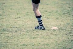 Rugbyspeler die een sanctie schoppen Stock Foto's