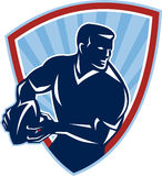 Rugbyspeler die Retro Balschild overgaan vector illustratie