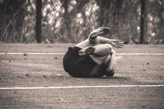 Rugbyspeler die ter plaatse vallen Stock Fotografie