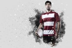 Rugbyspeler die uit een ontploffing van rook komen stock fotografie