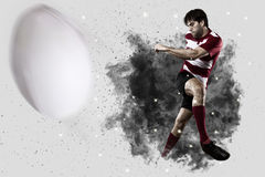 Rugbyspeler die uit een ontploffing van rook komen stock afbeelding