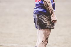 Rugbyspeler omvat in modder Royalty-vrije Stock Afbeelding