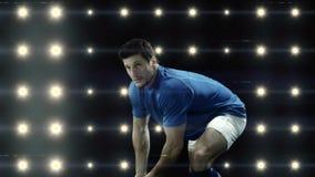 Rugbyspeler ongeveer om de rugbybal te werpen stock footage