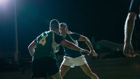 Rugbyspelers in actie tijdens spel stock foto's