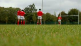Rugbyspelers in de afstand stock video