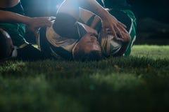 Rugbyspelers die voor bal bij stadion vechten royalty-vrije stock afbeelding