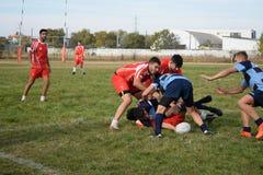 Rugbyspelers die voor bal vechten stock afbeelding