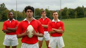 Rugbyspelers die zich verenigen stock video