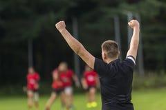 Rugbyspieler, der ein Ziel auf einem Rugbyfeld feiert stockbilder