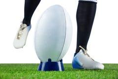 Rugbyspieler, der einen Sprungtritt tut stockbild