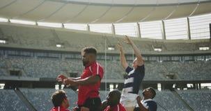 Rugbyspieler, die Rugbymatch im Stadion 4k spielen stock footage