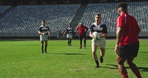 Rugbyspieler, die Rugbymatch im Stadion 4k spielen stock video
