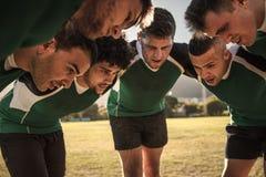 Rugbyteam die in wirwar tactiek bespreken royalty-vrije stock foto