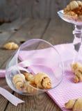 Rugelach用填装在碗的桂香和糖 免版税库存照片